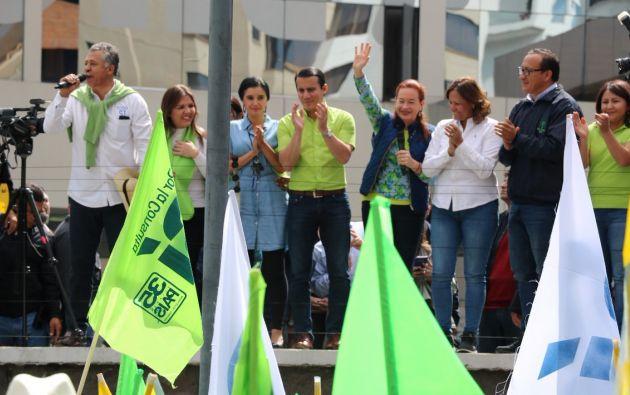 Zambrano acudió al CNE junto a la Vicepresidenta (e), María Alejandra Vicuña, y la canciller, María Fernanda Espinosa, para entregar el registro de campaña del movimiento. Foto: Twitter