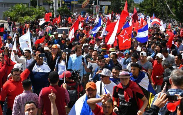 """""""Fuera JOH"""" (iniciales del mandatario), gritaron los manifestantes durante la travesía de tres kilómetros. Foto: AFP"""