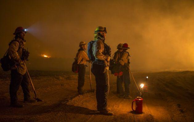 Unos 9.000 bomberos están tratando de hacer frente a los cinco fuegos que aún permanecen activos en el sur de California. Foto: AFP