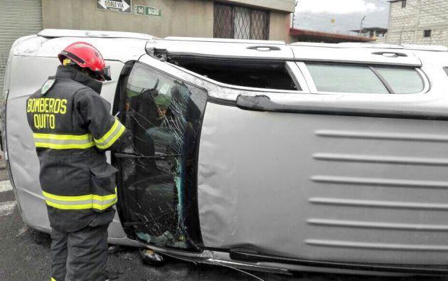 El accidente de tránsito en el sector de Las Cuadras, dejó una persona herida. Foto: Cuerpo de Bomberos Quito