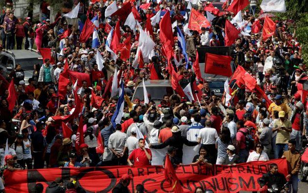 """Protestas estallaron en las calles de las ciudades hondureñas contra el supuesto """"robo"""", con bloqueos de carreteras y manifestaciones masivas. Foto: Reuters"""