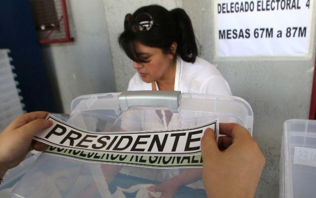 La segunda vuelta de la elección presidencial en Chile comenzó hoy con la apertura de los colegios, en los que unos 14,3 millones de votantes están convocados a elegir presidente. Foto: AFP