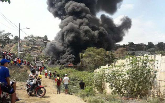 GUAYAQUIL, Ecuador.- Según informe preliminar, fuego se habría originado en predio que almacenaba llantas. Foto: Twitter CUPS Fire.