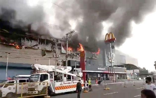 El incendio comenzó en el tercer piso, en el que hay productos como telas, muebles de madera y productos plásticos. Foto: Reuters