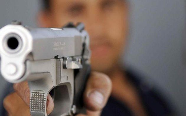 Dos funcionarias del banco y un guardia de seguridad fueron amedrentados por los delincuentes. Foto referencial