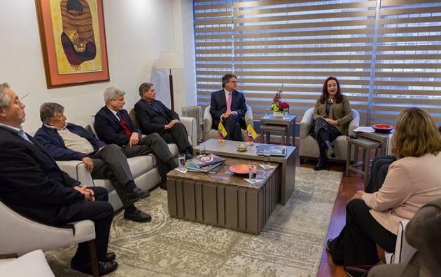 María Fernanda Espinosa expresó ayer a la delegación del Gobierno de Colombia el deseo de Ecuador de que se continúe con el cese al fuego. Foto: Cancillería