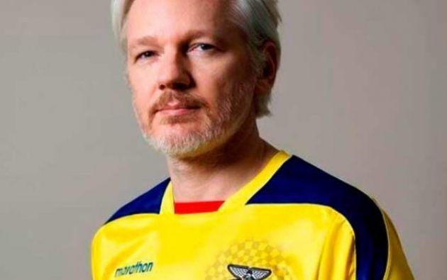 Assange publicó este 10 de enero en su cuenta de Twitter una foto en la que aparece vestido con una camiseta de la selección de fútbol de Ecuador.