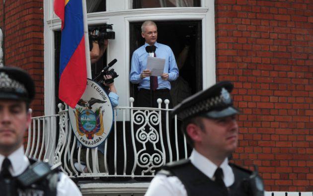 Assange será detenido si sale de la embajada por no haber cumplido con las condiciones de su libertad condicional. Foto: archivo