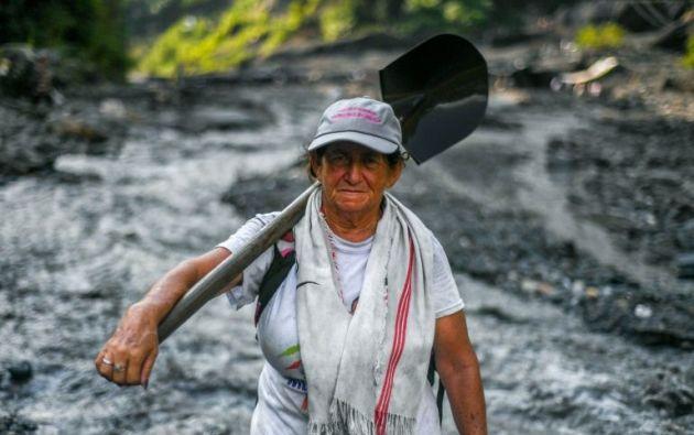 Blanca Biutrago busca esmeraldas en el río Las Animas, en el departamento colombiano de Boyacá. Foto: AFP.
