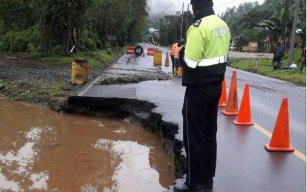 VÍA ALÓAG-SANTO DOMINGO, Ecuador.- El kilómetro 71 de la vía que conecta la región Sierra y la Costa de Ecuador registró daños en la calzada. Foto: CTE.