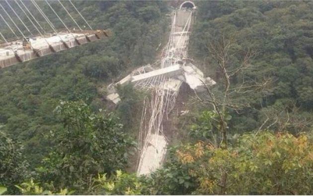 La estructura se desplomó de repente cuando había unos 35 o 40 trabajadores en el lugar. Foto: @diariocorreo