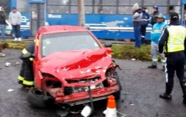Producto de la colisión dos personas murieron y otras dos resultaron heridas. Foto: Twitter
