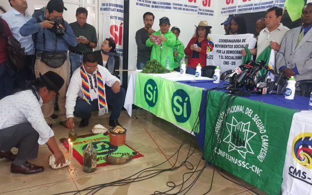 Además de escobas y hierbas, con shamanes realizaron un ritual indígena. Foto: @DanielAcostag