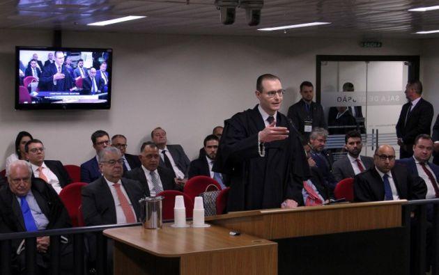 Cristiano Zanin (C), abogado del expresidente brasileño Luiz Inácio Lula da Silva, durante su sentencia de apelación en Porto Alegre. Foto: AFP