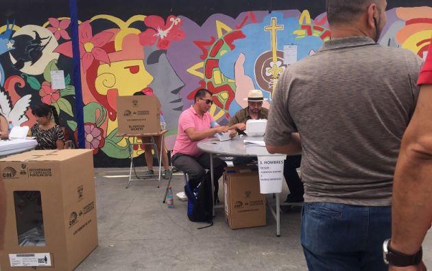 Santiago de Chile.- Ecuatorianos durante la jornada electoral en la Parroquia nuestra señora de Pompeya.