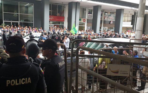 En los exteriores de la Fiscalía del Guayas se intensificó la presencia de transeúntes debido a la comparecencia del Expresidente. Foto: Twitter