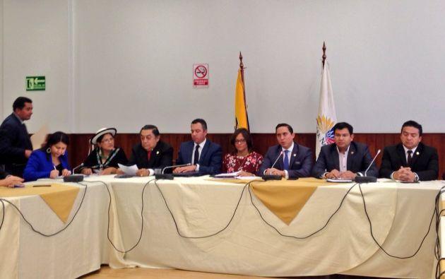 En la primera reunión de la Comisión, se procedió a nombrar a Daniel Mendoza como presidente y César Litardo como vicepresidente. Foto: Asamblea