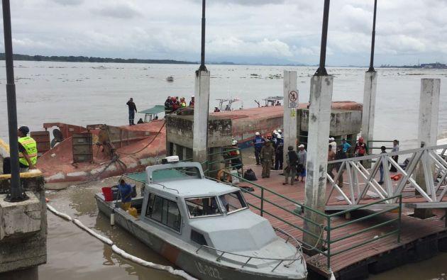 Desde el muelle se coordinaron trabajos de corte del casco para rescatar a la persona debajo de la embarcación.