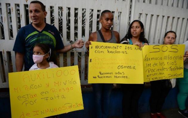 Los padres fueron recibidos por autoridades de salud que prometieron normalizar el suministro en dos semanas. Foto: AFP