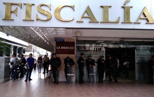En los exteriores de la Fiscalia del Guayas se registró un fuerte resguardo policial. Foto: Radiol