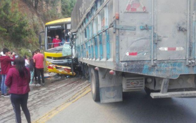 Un fallecido tras choque de camión y autobús en la vía Loja-Catamayo. Foto: Twitter
