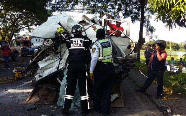 Un choque frontal entre un camión y un vehículo cisterna de transporte de leche en la vía Babahoyo-Jujan causó la muerte de once personas. Foto: Pública FM