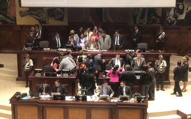Estaba previsto que se dé paso a la votación para aprobar o rechazar la propuesta del asambleísta socialcristiano César Rohon. Foto: Twitter
