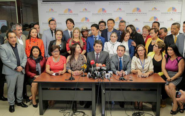 En rueda de prensa, los integrantes de Alianza PAIS y aliados, anunciaron el respaldo a la candidatura de la legisladora Elizabeth Cabezas. Foto: Asamblea