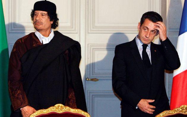 Sarkozy y el exlíder libio Muammar Gaddafi en una ceremonia para la firma de 10 mil millones de euros de contratos comerciales entre los dos países. Foto: archivo Reuters