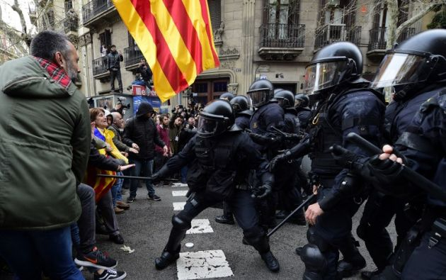 Miles de personas protestan tras detención de Puigdemont. Foto: AFP