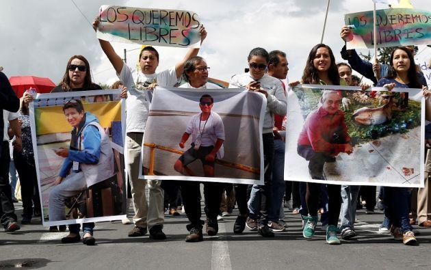 El equipo, integrado por el periodista Javier Ortega, 32 años, el fotógrafo Paúl Rivas, de 45, y el conductor, Efraín Segarra, de 60. Foto: Reuters