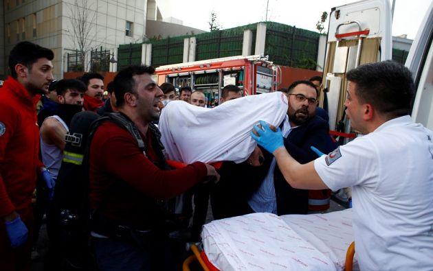 Pacientes en sus camas evacuados en plena calle. Foto: Reuters