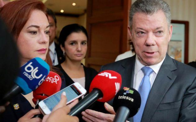 En una declaración de prensa conjunta, luego del encuentro, Santos indicó que dio instrucciones para trasladar más personal militar a la frontera. Foto: AFP