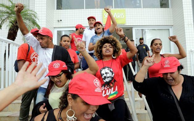 """""""¡No habrá acuerdo. O sueltan a Lula o no va a haber sosiego!"""", gritaban los militantes. Foto: Reuters"""