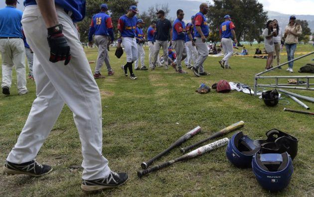 En el sóftbol la bola viaja por debajo de la cadera. En el béisbol, por encima del hombro. Foto: AFP