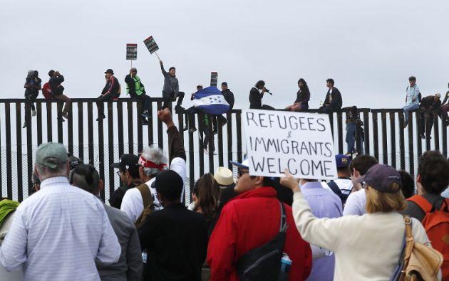 Los activistas se han acercado lo más que han podido a la malla que separa Tijuana (México) y San Diego (California). Foto: Reuters