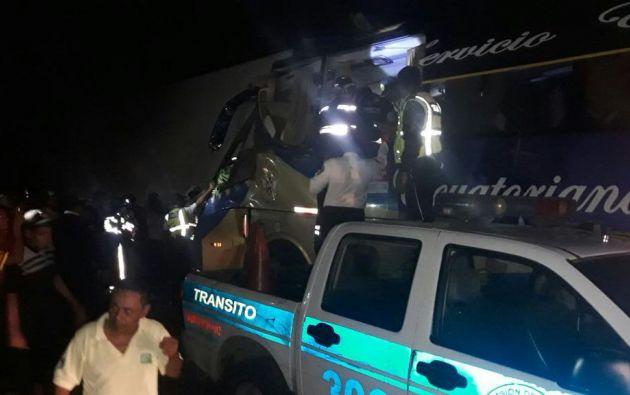 Personal de la CTE confirmó que el accidente se produjo por un choque entre un bus de pasajeros interprovincial y un tráiler. Foto: cortesía Comisión de Tránsito del Ecuador