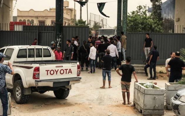 Hasta el momento ningún grupo ha asumido la autoría del ataque, el primero de esta naturaleza que se produce en meses en la capital libia. Foto: AFP