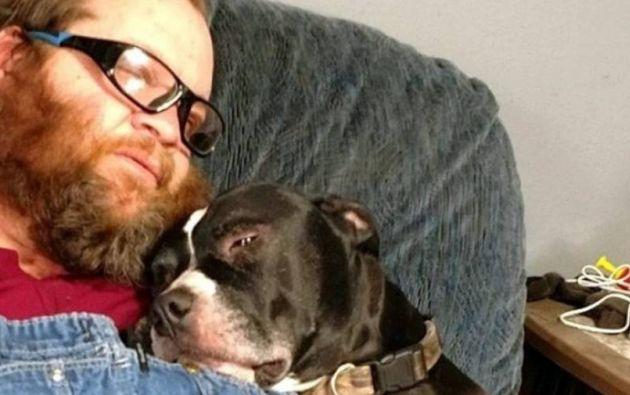 Richard Remme, de 51 años, junto a su perro Balew. FOTO: Tomada de Twitter