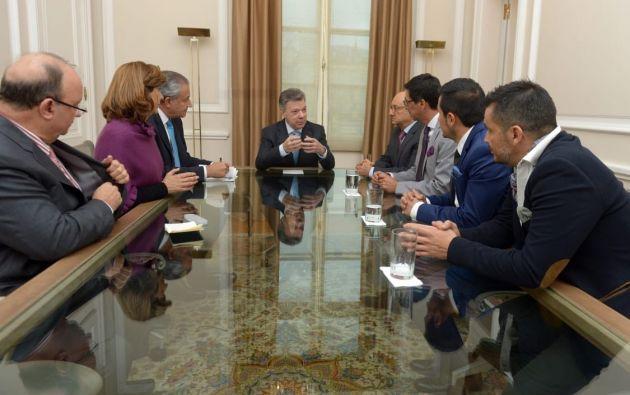 El embajador de Ecuador en Colombia, Rafael Paredes, acompañó a la delegación de familiares. Foto: Cancillería