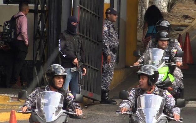 Opositores venezolanos y un ciudadano estadounidense han tomado el control del centro de detención. Foto: AFP