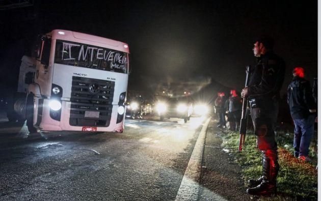 El Ejército y la Policía continúan hoy con el desbloqueo de las carreteras en Brasil y el Gobierno analiza nuevas propuestas de los camioneros tras siete días de huelga. Foto: AFP