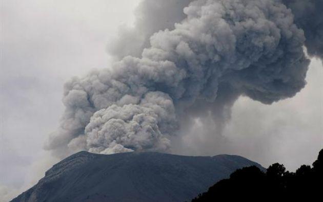 La intensa actividad provoca columnas de ceniza que sobrepasan los 2.200 metros sobre el cráter. Foto referencial