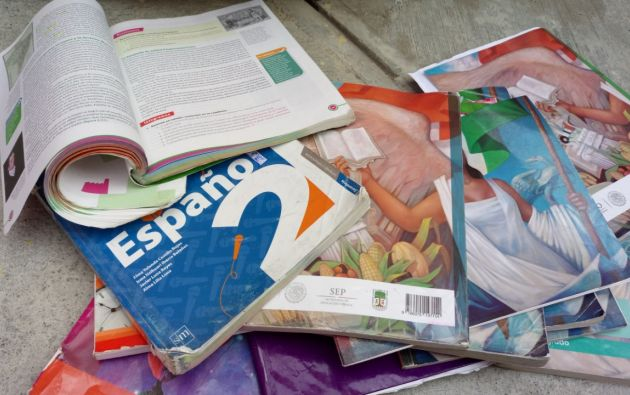 Libros que no fueron entregados a estudiantes los vendieron a una recicladora. Foto: Referencial