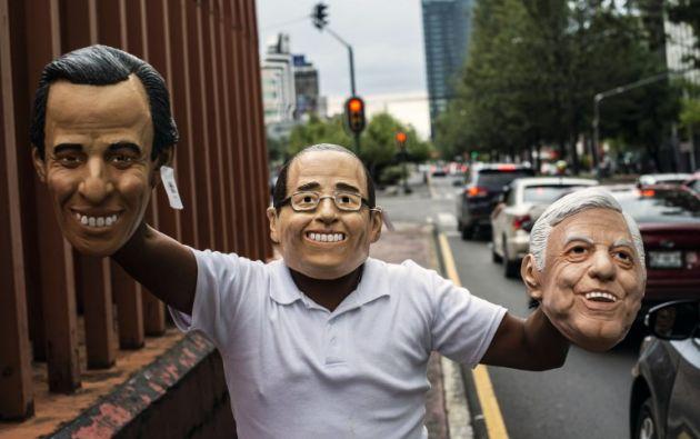 Un vendedor ambulante ofrece máscaras de los candidatos presidenciales mexicanos José Antonio Meade, Ricardo Anaya y Andrés Manuel López Obrador. Foto: AFP