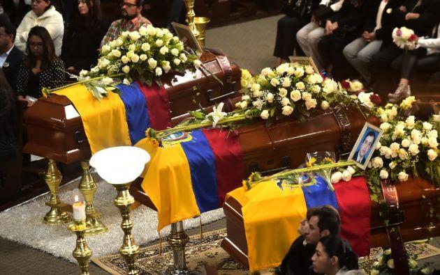 El equipo fue enterrado en Quito, luego de que sus cuerpos fueran encontrados en Colombia. Foto: AFP