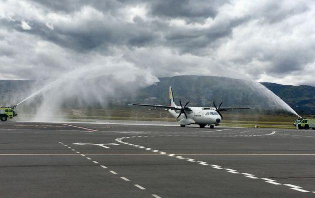 Camiones cisterna recibieron a la aeronave con un arco de agua poco después de las 11h00 en el aeropuerto. Foto: Cancillería