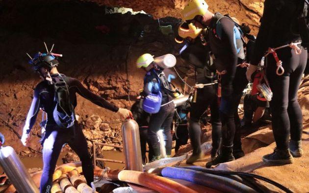 Los 12 niños atrapados en una cueva de Tailandia desde hace 14 días enviaron el sábado, a través de los buzos, cartas a sus familiares. Foto: AFP
