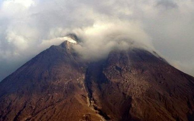Reportan descenso de bloques desde cráter del Reventador. Foto: Archivo