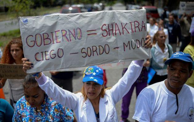 Trabajadores de salud gritan consignas exigiendo salarios justos y más altos durante una protesta por la falta de medicamentos. Foto: AFP